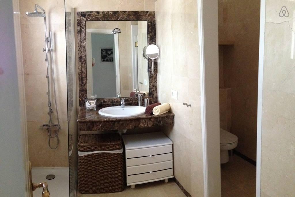 Baño Con Inodoro Separado:Iluminación extra : los baños que salen en las revistas no miden