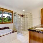 Cuáles son los objetivos que pueden cumplir los bloques de vidrio en el baño