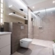 Cómo decorar un cuarto de baño pequeño y alargado