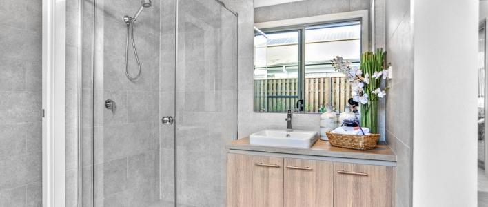 Consigue una zona de almacenaje cambiando tu bañera por ducha