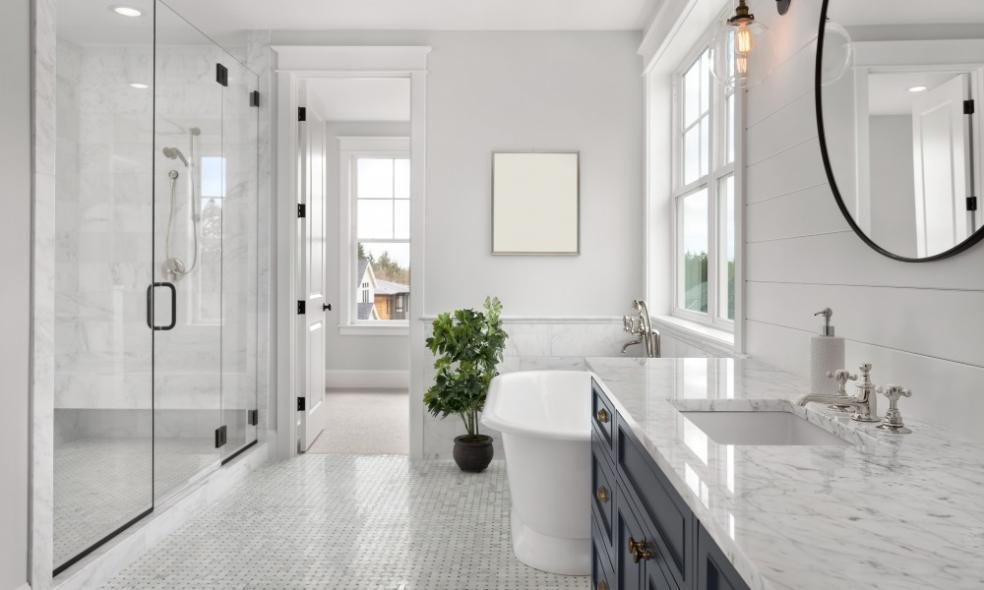 Ganar espacio visual en el cuarto de baño, ¿es posible?