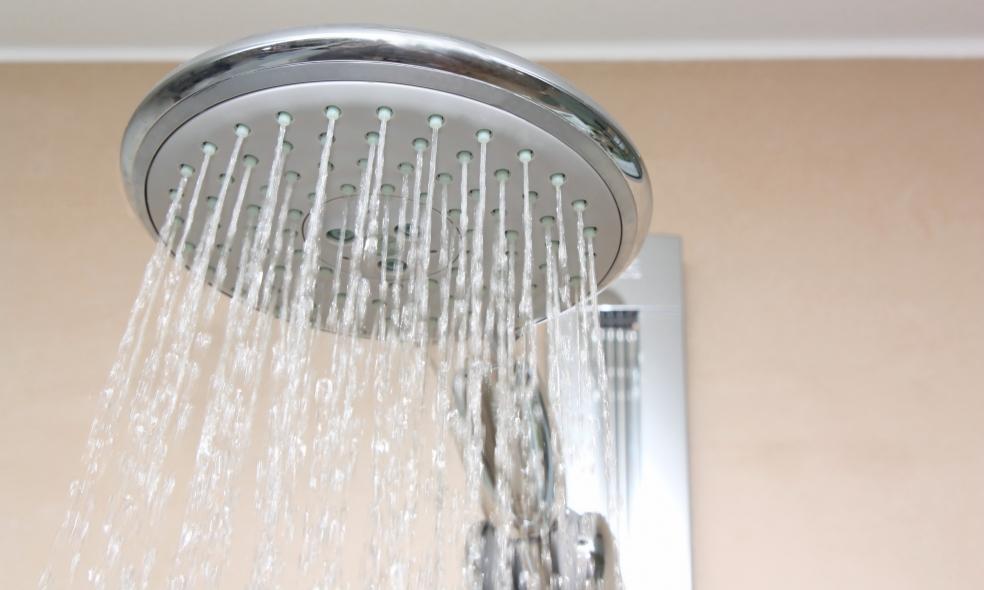 Cómo desatascar un plato de ducha plano, una duda común
