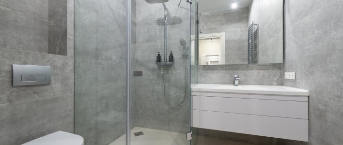 Mamparas de duchas abatibles o correderas, ¿cuál es mejor?